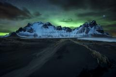 noch-severnoe-siianie-gory-stokksnes-islandiia